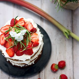 Strawberry-rhubarb layer cake with silky white-chocolate-rosenary-swiss meringue buttercream. #rezeptaufmblog #linkimprofil #layercake #furr mama #thekitchn #thefeedfeed #f52grams #foodblogger #vscocook #chezeschhoernchen #instafood